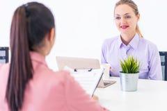 Vertrauensfrau ist beim Nehmen ihres Vorstellungsgesprächs optimistisch lizenzfreie stockfotos
