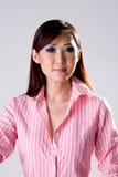 Vertrauenslächeln einer Frau Stockfoto