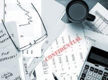 Vertrauliche Geschäftspapiere auf Schreibtisch Lizenzfreies Stockbild
