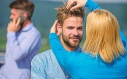 Vertrauliches Gespräch fördert Konzept Tut sich frohes zusammen, sich zu sehen Glückliche Umarmung der Paare während Manntempus m stockfotografie