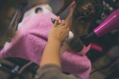 Vertraut seinem Friseur stockfotografie