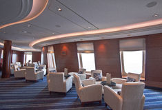Vertrauter eleganter Aufenthaltsraum auf Luxuxreiseflugzwischenlage lizenzfreie stockfotos