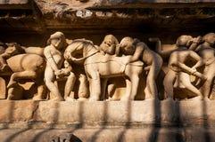 Vertrautes Leben von alten Leuten auf Steinentlastung auf Wand von Khajuraho-Tempel, Indien stockfotos