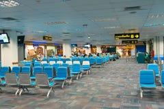Vertrek eind het wachten zaal met poorten in luchthaven Royalty-vrije Stock Fotografie