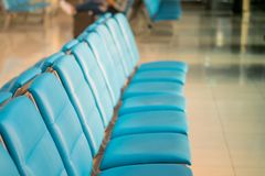 Vertrek moderne zitkamer bij de luchthaven stock afbeeldingen
