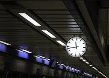 Vertrek van een trein van station Stock Afbeeldingen