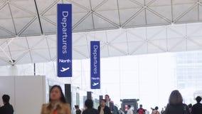 Vertrekzaal in luchthaven stock footage