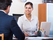 Vertreter, das auf Kunden hört und in der Agentur lächelt Stockfoto