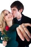 Vertretung des Verlobungsrings lizenzfreie stockfotografie