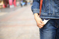 Vertretung hat kein Geld, indem sie die Tasche ausfällt Lizenzfreies Stockbild