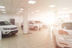 Vertroebel de achtergrond van de auto en de Toonzaal bij vaag in werkplaats Vage het handel drijvenopslag, met de auto's stock foto's