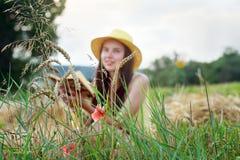 Vertroebelende achtergrond Een meisje leest een boek Meisje in een onduidelijk beeldstreek Stock Afbeeldingen