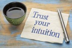 Vertrouw op uw intuïtie - servetconcept stock fotografie