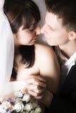 Vertrouwelijk Ogenblik tussen Bruid en Bruidegom Royalty-vrije Stock Foto's