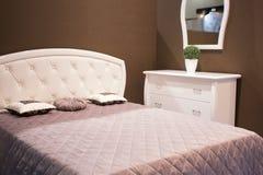 Vertrouwelijke donkere slaapkamer met elektrisch licht stock foto