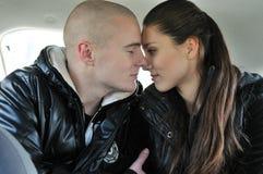 Vertrouwelijke ogenblikken - paar in auto Royalty-vrije Stock Fotografie
