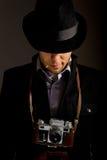 Vertrouwen, jonge fotograaf oude photocamera Stock Afbeeldingen