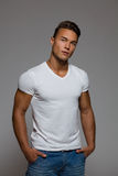Vertrouwens Knappe Mens in Witte T-shirt Stock Foto's