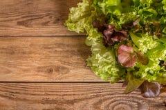 Verts frais de gisement de salade mixte empilés sur la table en bois photo libre de droits