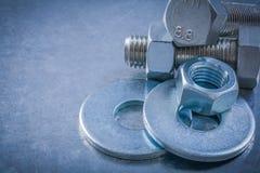 Vertsion horizontal des screwbolts de joints de boulon nuts sur métallique Image stock