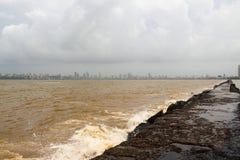 Verunreinigte das Meer in Bombay Stockbild