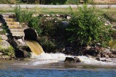 Verunreinigter Fluss Lizenzfreie Stockfotos