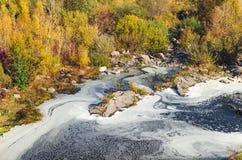 Verunreinigter Fluss, Schaum auf der Draufsicht der Wasseroberfläche stockfoto