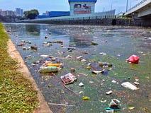 Verunreinigter Flusskanal