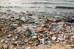 Verunreinigter Strand in einem Fischerdorf in Vietnam, Umweltverschmutzungskonzept stockbild