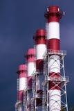Verunreinigung der Atmosphäre mit Rohren der Energieanlage Stockfoto
