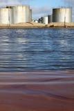 Verunreinigung des Wassers durch Kraftstoff Stockbild