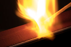 Verursachen des Feuers von Matchsticks lizenzfreies stockfoto