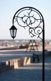 Vervaardigde het parklantaarn van het silhouet tegen het strand en overzees in som Stock Foto
