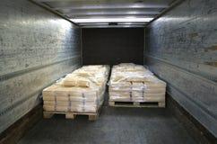 Vervaardigde kaas op pallets in rug van vrachtwagen Stock Foto