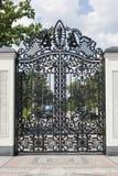 Vervaardigde poorten Beeld van een decoratieve gietijzerpoorten de metaalpoorten sluiten omhoog mooie poorten met artistiek smeed Royalty-vrije Stock Foto