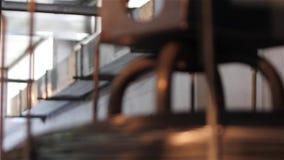 Vervaardiging van de lentes voor orthopedische matrassen, het geven van een draad dicht omhoog, productie van de lentes, metaaldr stock video