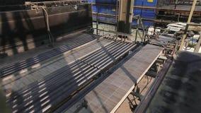 Vervaardiging van keramische tegels, geautomatiseerde lijn voor de productie van keramische tegels, Industrieel binnenland, trans stock footage