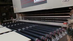 Vervaardiging van keramische tegels, Geautomatiseerde lijn voor de productie van keramische tegels, Indors stock videobeelden