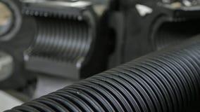 Vervaardiging van plastic waterpijpen Productie van buizen aan de fabriek Het proces om plastic pijpen op te maken stock video