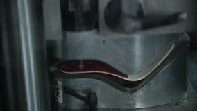 Vervaardiging van schoeisel: de vorming van binnenzolen door te drukken stock videobeelden