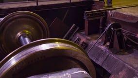 Vervaardiging van sporen voor treinen en vrachtwagen, gesloten goederenwagens Spoor productieinstallatie Stapel van staal ronde b royalty-vrije stock afbeelding