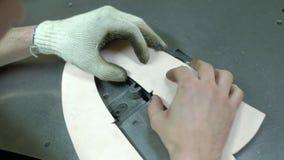 Vervaardiging van vormen voor leerschoenen - close-up stock video