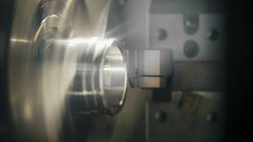 Vervaardigings van metaal detail op de draaibankmachine bij de fabriek, industrieel concept stock videobeelden