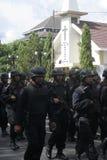 Övervaka patrullen och säkerhet runt om kyrkan framåt av juldagen i staden av soloen, centrala Java Arkivfoton