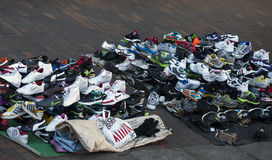 Vervalsing gemerkt die schoeisel op een stoep wordt verkocht Stock Foto