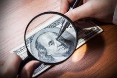 Vervalsing of restauratie van bankbiljetten, close-up stock foto's