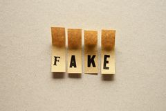Vervalsing - woord in kleverige brieven stock fotografie