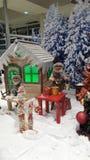 Vervalst de creatieve decoratie van de Kerstmisvakantie voor winkels die houten huizen gebruiken sneeuw en poppen Royalty-vrije Stock Fotografie