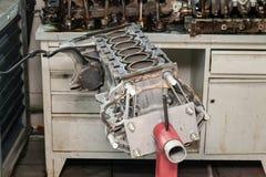 Vervanging zes cilindermotor op een rode kraan opgezet voor installatie op een auto na een analyse en een reparatie in een auto w royalty-vrije stock afbeelding