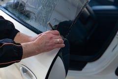 Vervanging zes cilindermotor op een rode kraan opgezet voor installatie op een auto na een analyse en een reparatie in een auto w stock fotografie